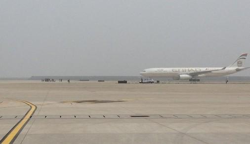 客冲向跑道拦停飞机图片